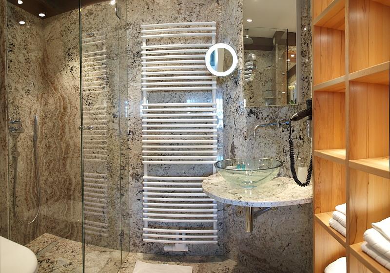 b ad nr 66 komplett mit poliertem granit ausgekleidet es ist das kleinste bad im haus um es. Black Bedroom Furniture Sets. Home Design Ideas